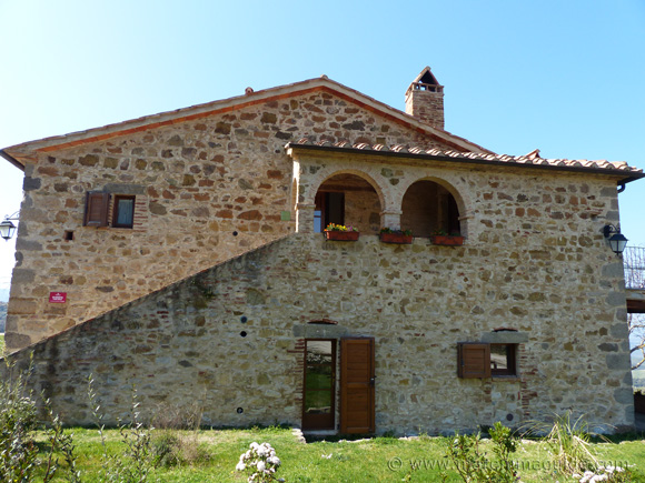 Holiday apartment for sale in Tuscany Italy: a converted traditional Tuscan farmhouse.