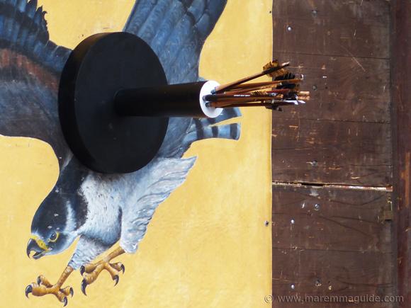 Balestro del Girifalco Massa Marittima: the Gyrfalcon target with medieval arrows.