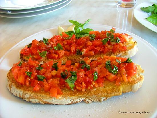 Bruschetta al pomodoro fresco e basilico: tomato bruschetta with basil and garlic