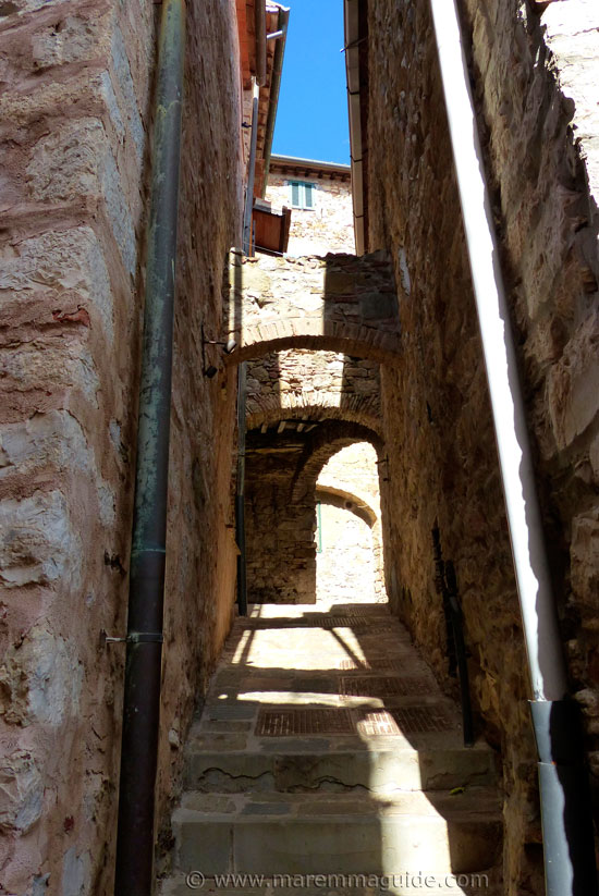 Campiglia Marittima: arched medieval street