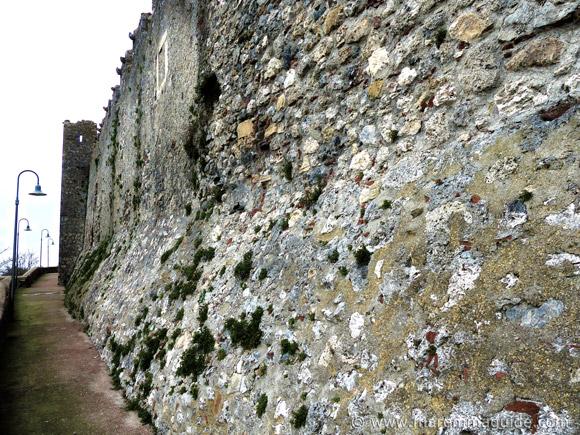 Capalbio: camminamento basso city wall walkway.