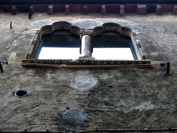 Bifora con archi trilobate in Capalbio.