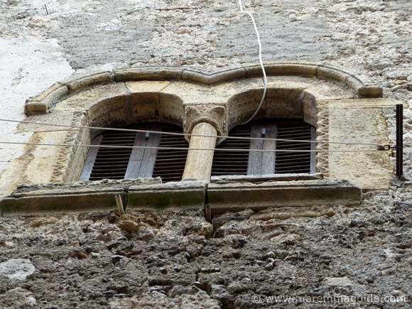 Mullion windows with round arches - archi a tutto sesto - in Capalbio.