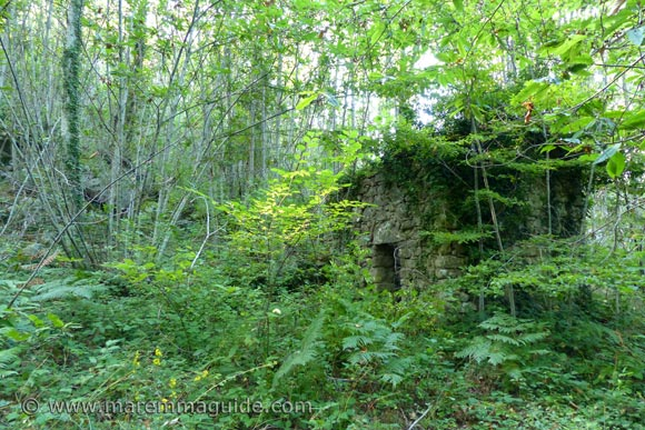 Castello Sassoforte: ruin on route in the woods