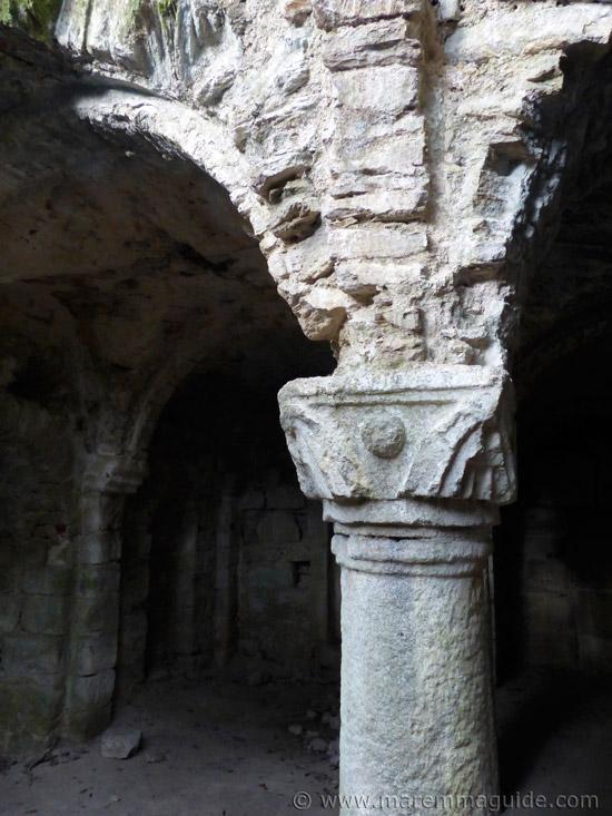 Corthinian capital, round column and roof detail in the Cripta di Giugnano.