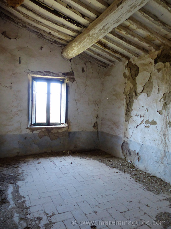 Old houses in Tuscany for sale: first floor bedroom