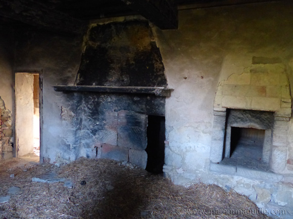 Original fireplace and oven in old Tuscany farmhouse for sale