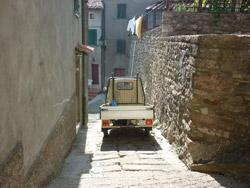 Gerfalco Montieri: Ape in medieval street