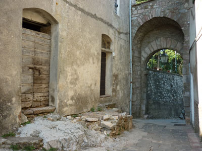 Gerfalco Porta Senese Sec XIV with a double arch of square stone