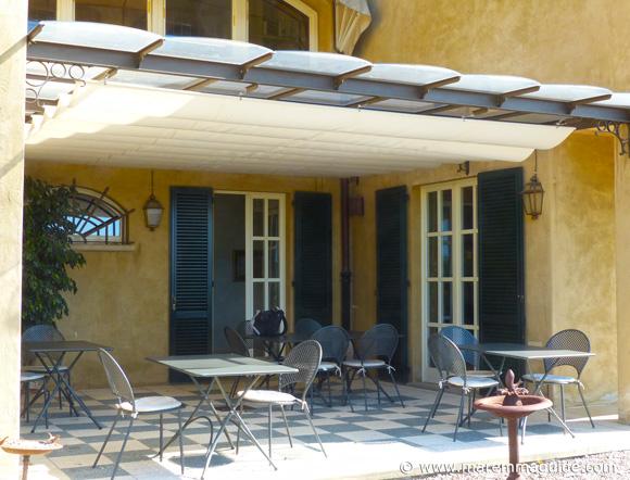 Maremma villa breakfast courtyard