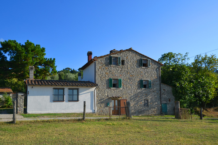 Stone house for sale in Tuscany countryside with a stunning view.