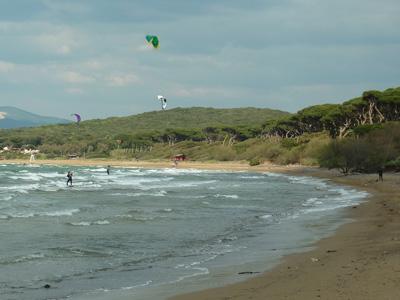 Kitesurfing in the Golfo di Baratti, Maremma, Toscana, Italy