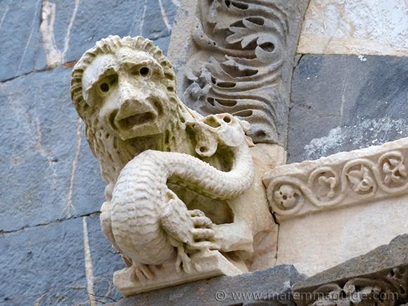 Pieve di San Giovanni: lion and dragon statue Campiglia Marittima