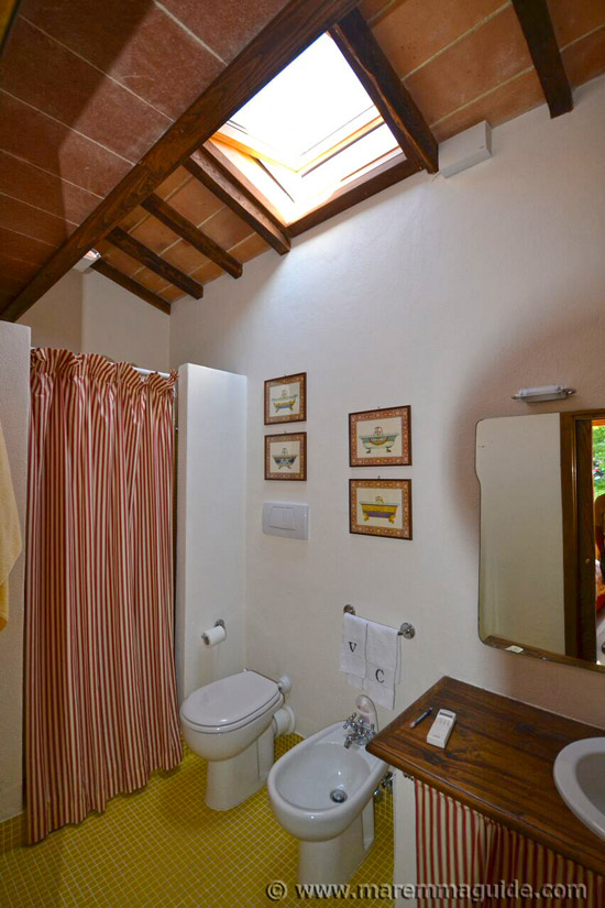 Traditional Tuscan bathroom