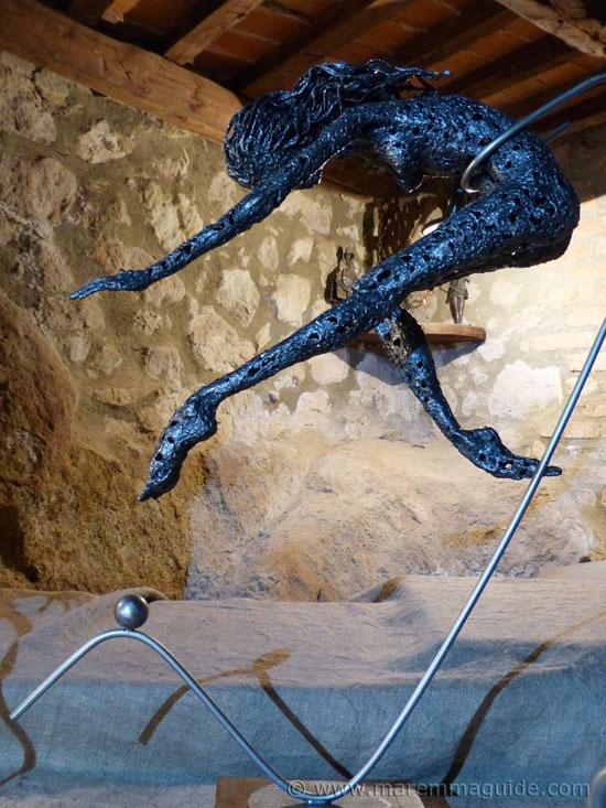 Female metal sculpture by Federico Molinaro. Mostra La Rocca Roccatederighi.