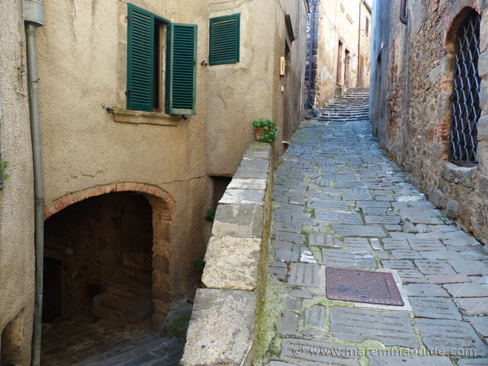 Dividing stone-paved narrow street with archway in Montelaterone