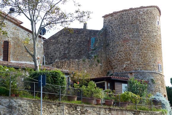 Mura do Montemerano with round tower: fifteenth century