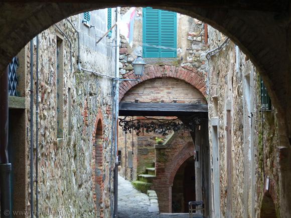Mostra La Rocca Roccatederighi Tuscany in summer