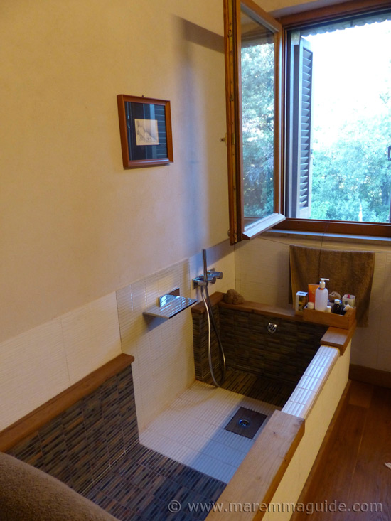 Old Tuscany farmhouse for sale: bathroom with bath
