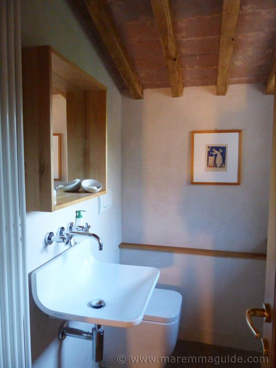 Old Tuscany farmhouse for sale: cloakroom