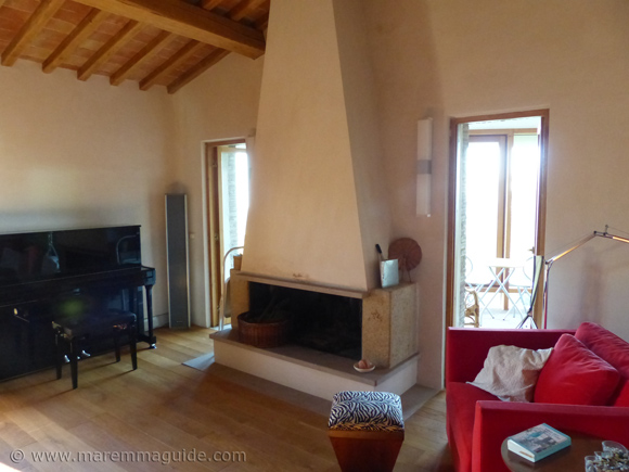 Old Tuscany farmhouse for sale: living room.