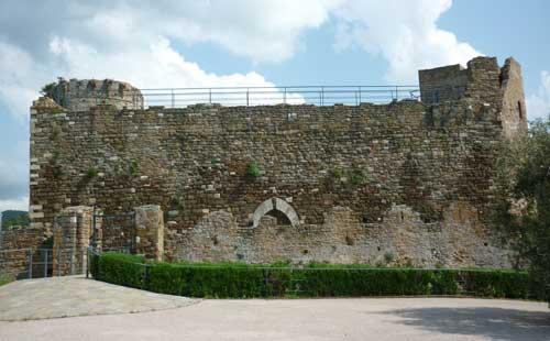 La Rocca Pisana in Scarlino: the western curtain of the outer crenelated defence walls of the Castello di Scarlino