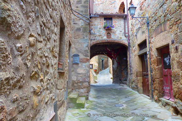Roccatederighi: medieval street in historic centre