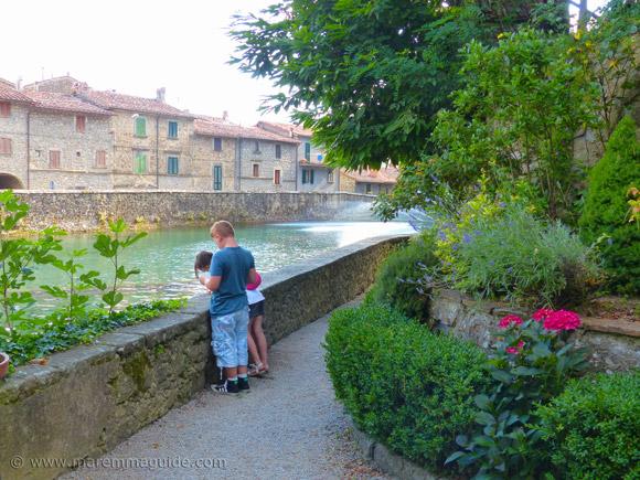 Santa Fiora: feeding the fish at the Peschiera.