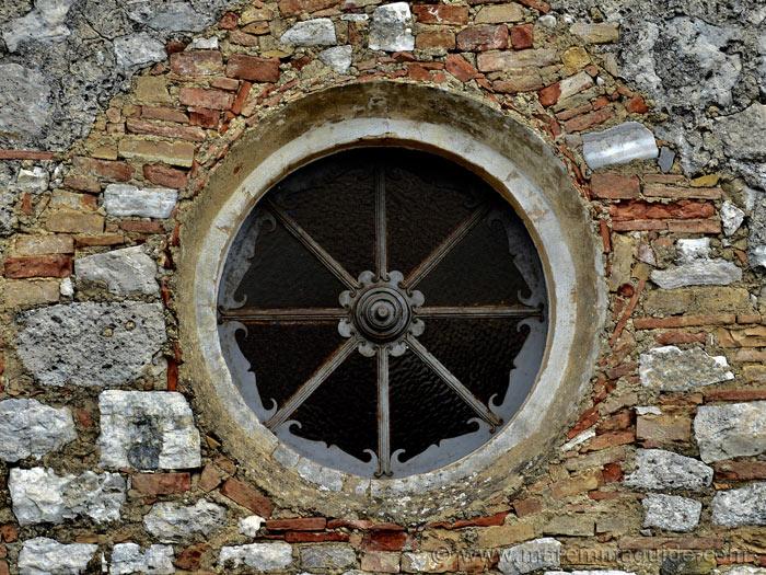 Chiesa di Santa Croce Semproniano: portal window detail