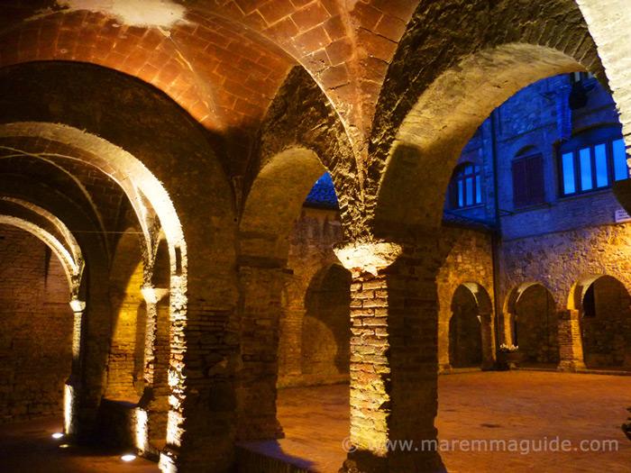 Suvereto: the cloister at night.