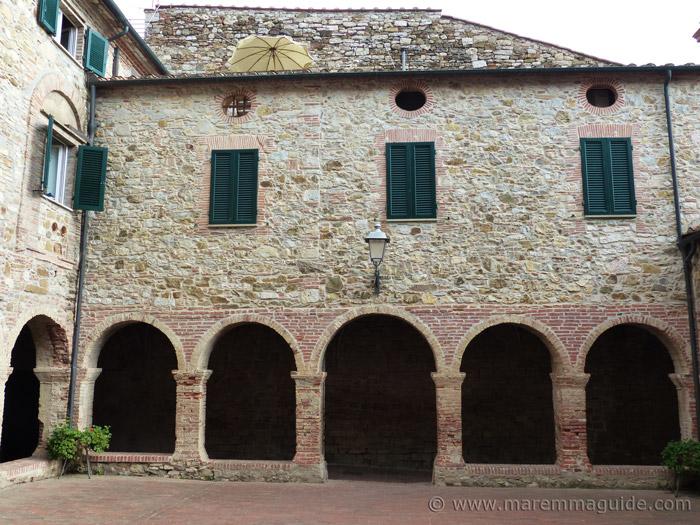 Suvereto: Piazza della Cisterna.