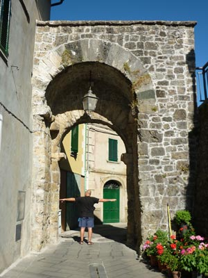 Travale: medieval entrance gateway - la porta
