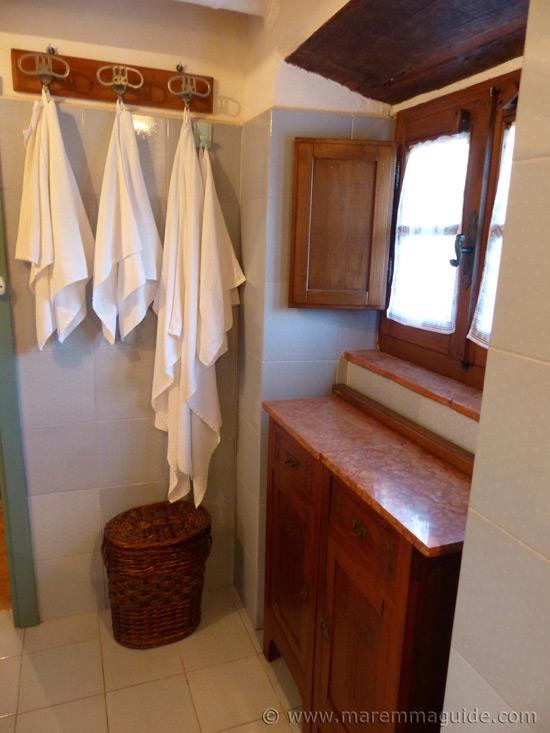 Tuscany cottage bathroom.