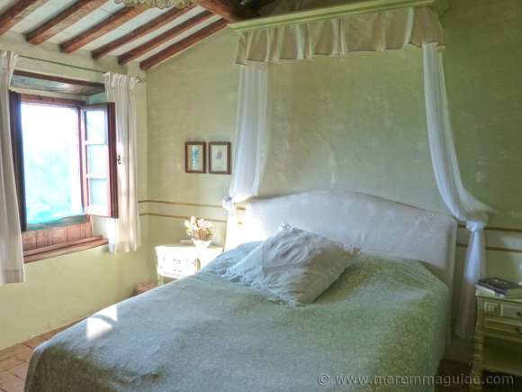 Tuscany cottage bedroom. Maremma properties for sale.