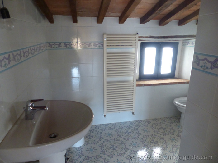 Town house in Tuscany for sale: bathroom.