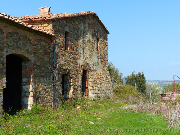 Old farmhouse in Tuscany for sale