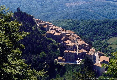 Tuscan hill towns: Gerfalaco in Maremma, Italy
