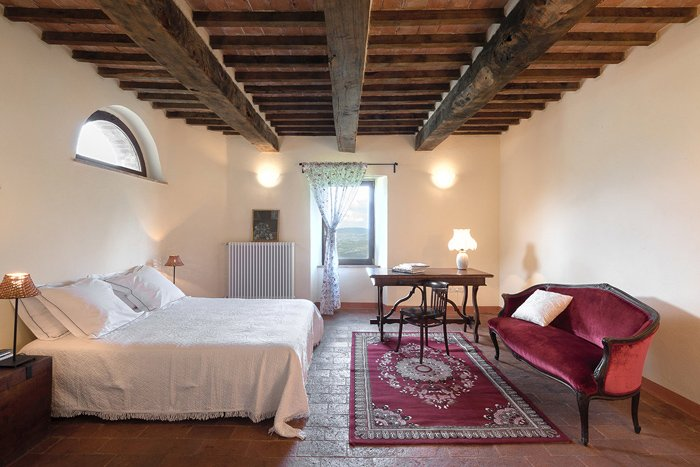Tuscany hill town apartment for sale in Maremma: bedroom.